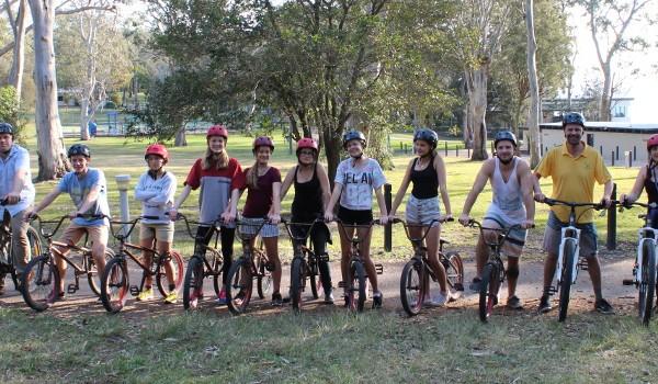 Jugendliche auf Fahrrädern